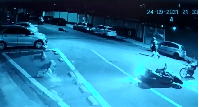 vítima reage na rua após roubo de moto