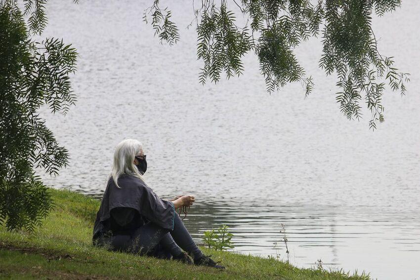 Idosa no Parque do Ibirapuera após a flexibilização do isolamento social durante a pandemia de covid-19