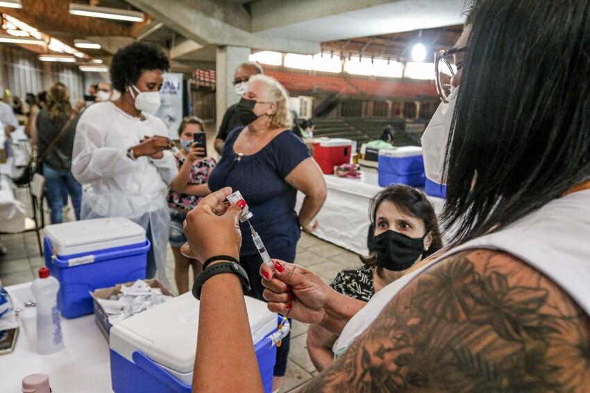 enfermeira vacinando idosos contra covid
