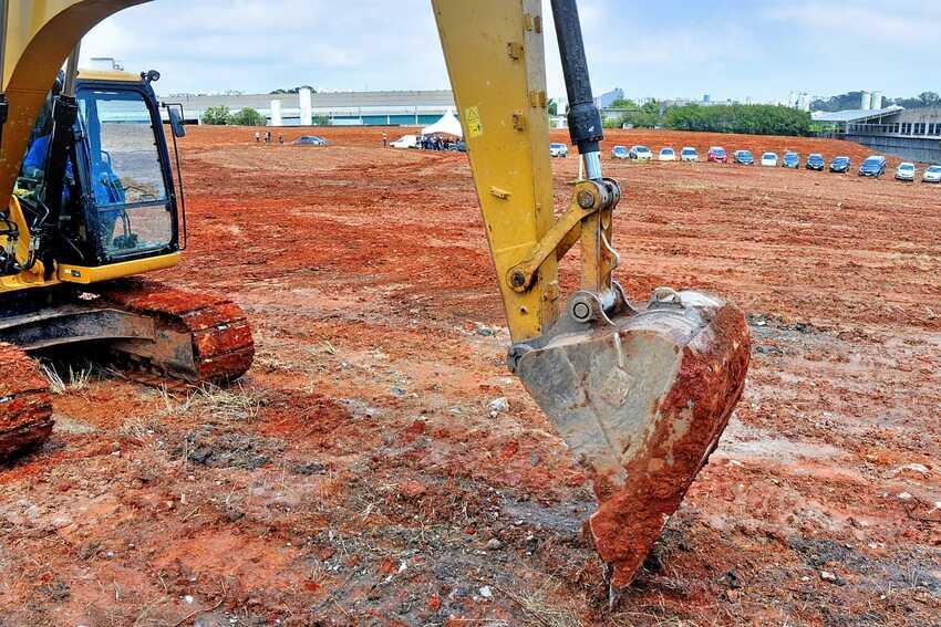 Retroescavadeira trabalha em construção em terreno de Santo André