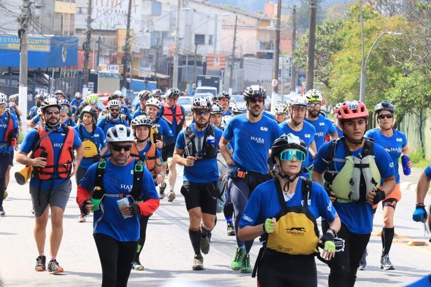 Atletas correndo de uniforme azul na competição Haka Race 2021