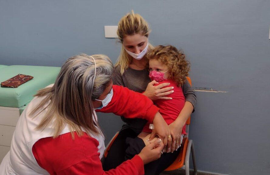 criança é vacinada em ribeirão pires